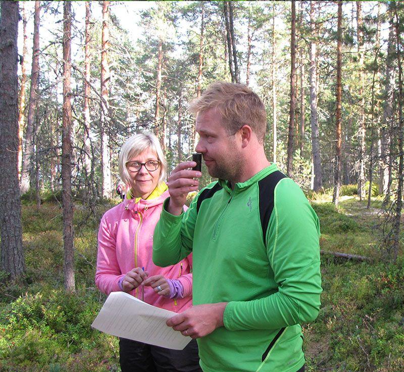 mies ja nainen metsässä