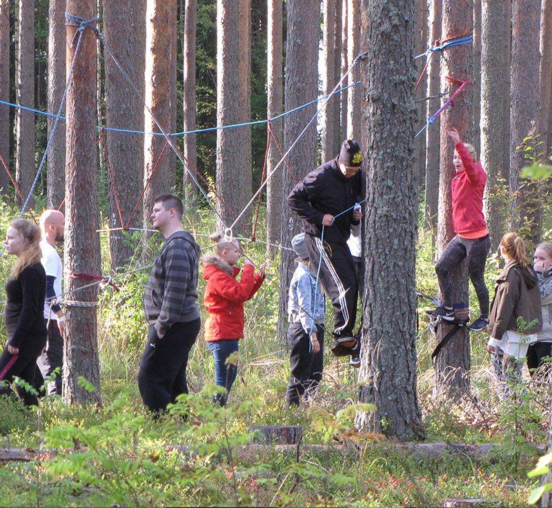 ihmisiä metsässä open bio